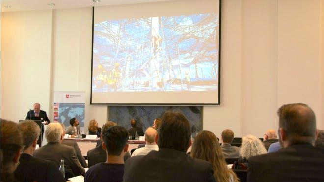 Das Publikum folgt aufmerksam den Ausführungen der Beraterinnen und Berater