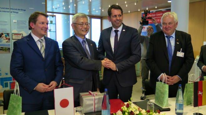 Nedo-Vorstand Furukawa und Minister Lies nach der MoU Unterzeichnung