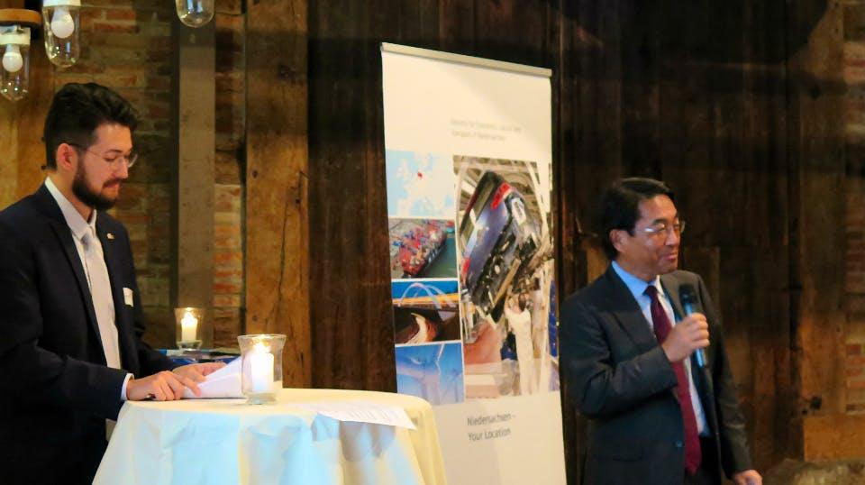 Generalkonsul Anzawa erörtert die erfolgreiche Zusammenarbeit zwischen Japan und Niedersachsen.