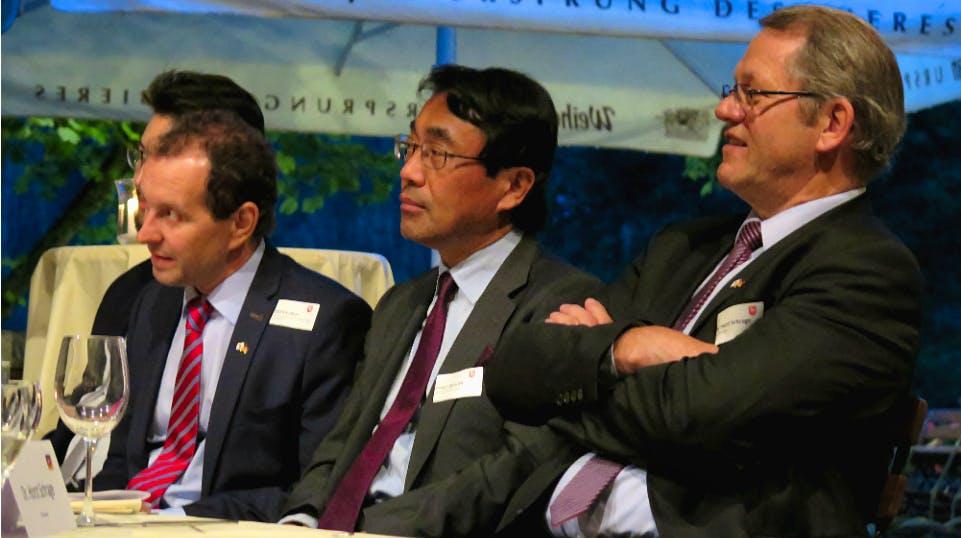 Generalkonsul Anzawa, Dr. Schrage (Geschäftsführung, IHK Hannover) und Abteilungsleiter Borchers (nds. Wirtschaftsministerium) verfolgen die Vorstellung der neuen Hakuba-Club-Mitglieder.