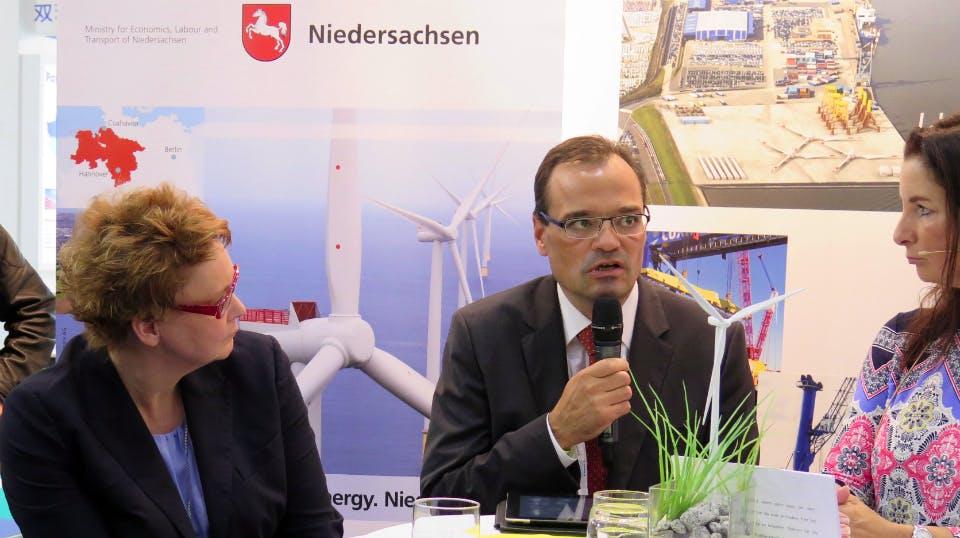 Im Gespräch: Dr. Markus Tacke, Geschäftsführer Siemens Wind Power und Staatssekretärin Daniela Behrens mit Moderatorin Bita Schafi-Neya